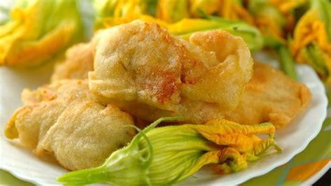 come cucinare i fiori di zucca in pastella come fare i fiori di zucca fritti deabyday tv
