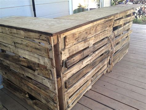 build outdoor with pallets how to build a tiki bar from pallets diggin this
