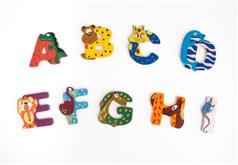 lettere bambini lettere per bambini animali colorati wall it