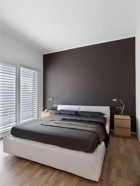 parete grigia da letto una casa ristrutturata ridisegnando le prospettive interne