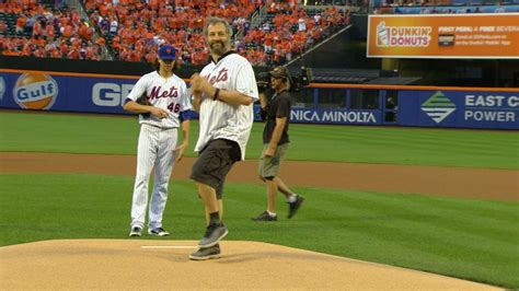 judd apatow pitch nyy nym apatow throws out first pitch at citi field youtube