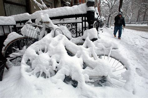 worst snowstorms in history winter 2009 photos worst snowstorms in new york city history ny daily news