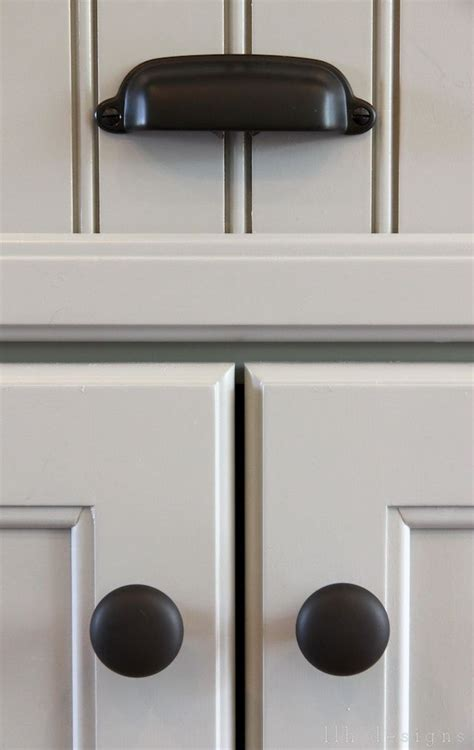 knobs or handles for kitchen cabinets 25 best ideas about kitchen cabinet knobs on pinterest