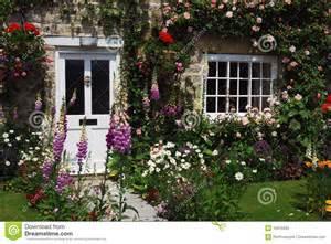 Country Cottage And Gardens - jardin anglais de maison photo libre de droits image 10915835