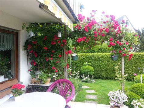 Rosenbogen Garten by Ein Wunderbar Gepflegter Garten Mit Gigantischem Rosenbogen Myheimat De