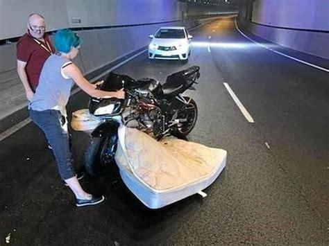 Kasur Queensland lagi asyik kendarai motor pengendara dikejutkan dengan munculnya kasur okezone news