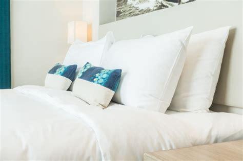 immagini cuscini letto matrimoniale con cuscini e cuscini scaricare foto