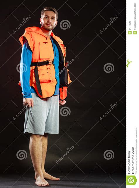 reddingsvest controleren badmeester in reddingsvest met de reddingsboei van de