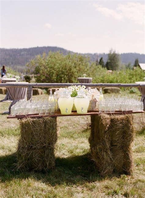 edding tafel landelijke bruiloft gebruik hooibalen als decoratie