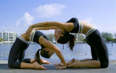 imagenes de yoga para dos yoga en pareja una terapia 237 ntima y sana lifestyle miami