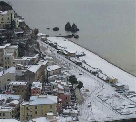 chiuse in italia maltempo scuole riaperte a salerno chiuse in provincia