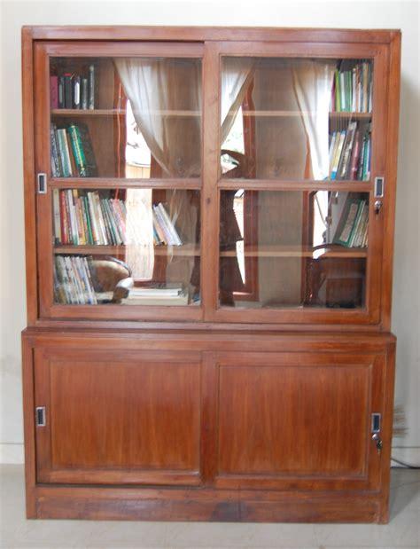 Barang Antik Paling Mahal lemari buku kuno simpel barang antik barang antik