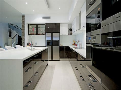 Modern u shaped kitchen design using stainless steel