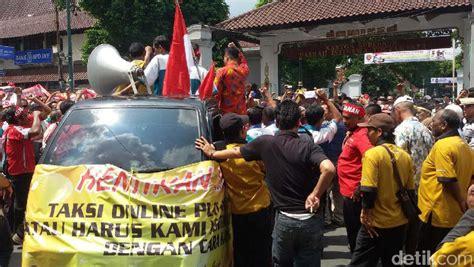 detiknews demo taksi demo sopir taksi konvensional di yogya sultan harus ada
