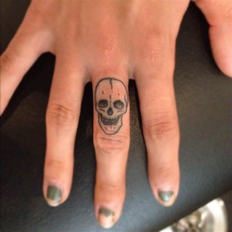 tattoo pain on finger amazing skull finger tattoo this reminded me of song