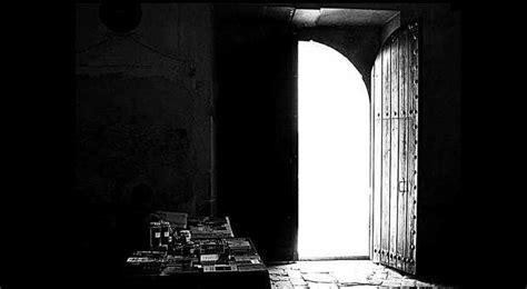 oscura in casa la puerta estaba abierta y oscura la casa