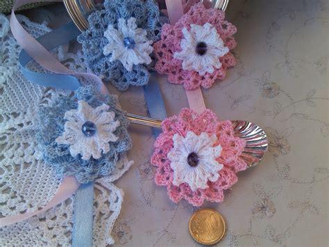fiori uncinetto per bomboniere coccardina all uncinetto per bomboniera feste