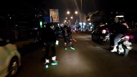 Sepatu Roda Jalan Sendiri skating nyetreet sepatu roda cilegon malam hari jalan raya