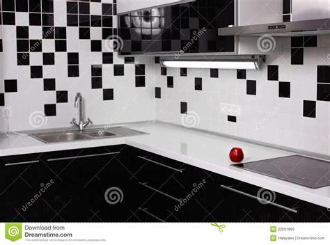 fotos en blanco y negro modernas interior de la cocina blanco y negro con la manzana roja