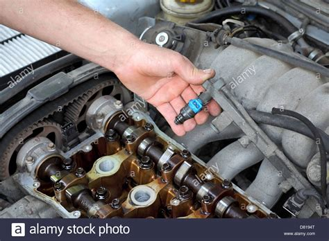 Bmw 1er Diesel Welches öl by Car Mechanic Fixing Fuel Injector At Two Camshaft Gasoline