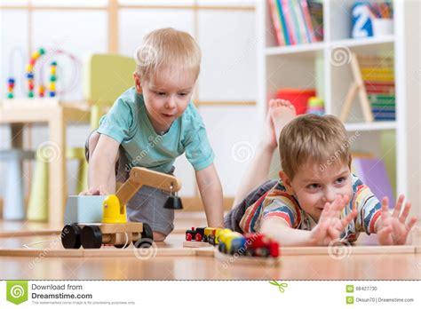 schule spielen zu hause kinderspiel mit h 246 lzernem zug und gestalt spielen