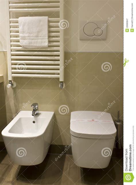 toilette und bidet toilette und bidet im hotelbadezimmer stockbild bild