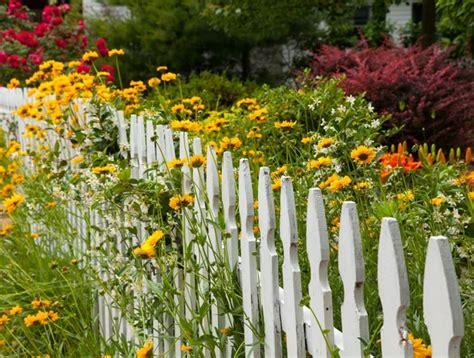 staccionate per giardino recinzioni giardino recinzioni come realizzare
