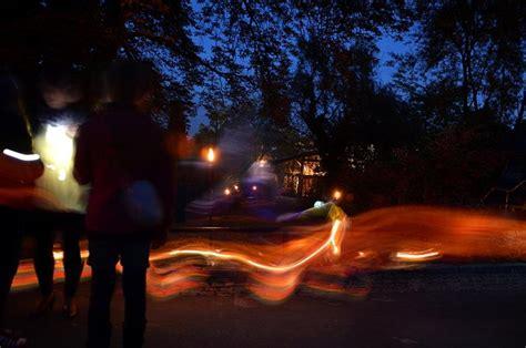 wandfarbe die nachts leuchtet der berg leuchtet lion nacht im bergzoo halle