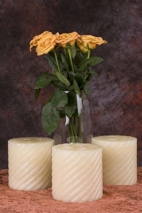 candele gialle e candele gialle fotografia stock immagine di flora