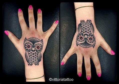 tattoo v hand owl hand tattoo tatuaggi como vittoriatattoo