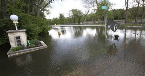 chaign il banks heavy weekend triggers some flooding along fox des