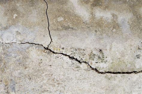 Refaire Platre Mur by R 233 Parer La Fissure D Un Mur