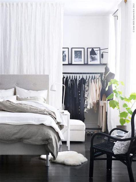 cabina armadio dietro al letto parete dietro il letto colore o decorazione 5 5 idee