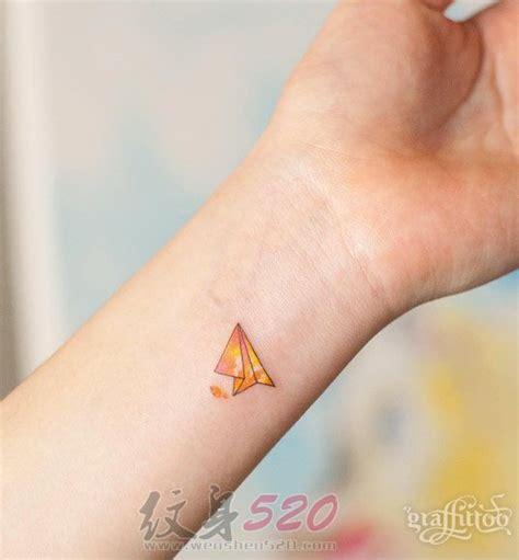 女生手腕上彩绘线条清新纸飞机纹身图片