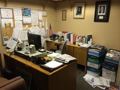 Cluttered Desk by Is Your Desk A Sign Of A Cluttered Mind Huffpost