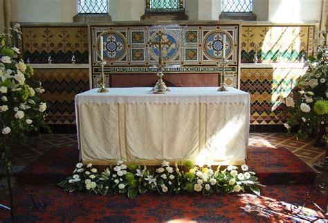fiori per chiesa decorazioni floreali per un matrimonio in chiesa come