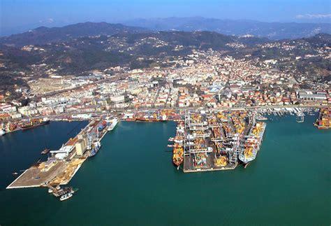 porto della spezia il caso due navi bloccate alla spezia per 26 anni