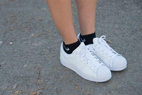 Sneakers Putih kembalinya tren sneakers putih yang menjadi incaran