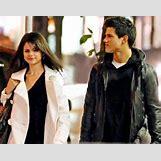 Selena Gomez And Taylor Lautner Kissing   405 x 320 png 203kB