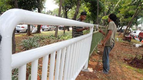Pembatas Jalan pemasangan pagar pembatas jalan bagian 5 foto suara