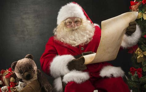 Santa Claus Family New Year Kaos Natal T Shirt he s a list and he s checking it the news