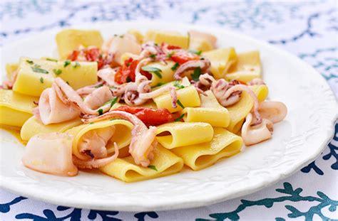 pasta semplice e veloce da cucinare pasta con calamari e pomodorini ricetta semplice e veloce