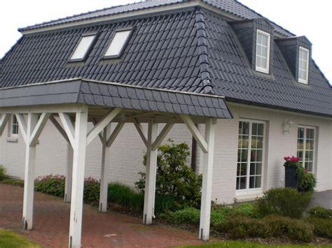Schindeln Aus Kunststoff by Gauben Und Carport Einer Villa Mit Schwarzen Schindeln
