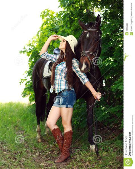 imagenes de vaqueras y caballos retrato al aire libre de la vaquera hermosa con el caballo
