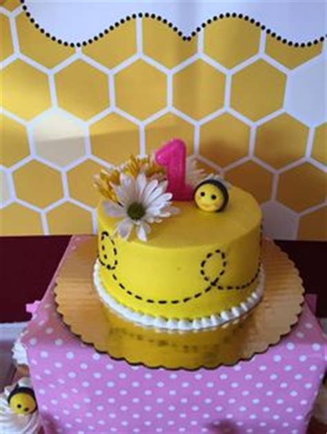 Asya Baby Yellow hapbee birthday honey bee cake with matching smash cake