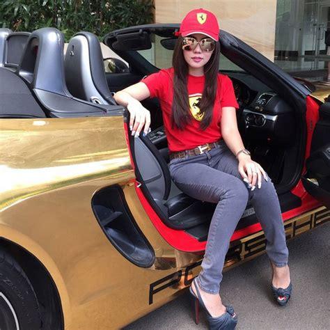 Harga Baju Merk Raffi Ahmad naik porsche pakai kaos shofie diserang