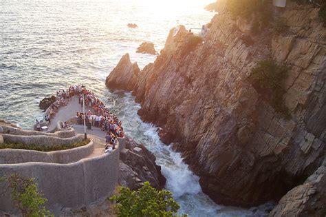 la quebrada acapulco file la quebrada in acapulco mexico jpg wikimedia commons