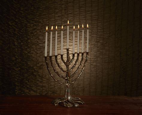 when to light menorah why we light the menorah breaking matzo