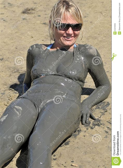 donne si bagnano bathing in mud stock photo image of single