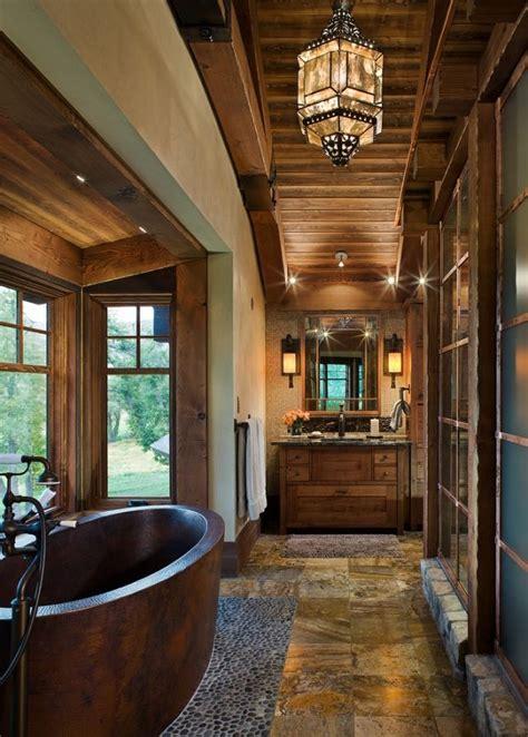 badewanne im raum badewanne aus holz freistehend im raum platziert chalet